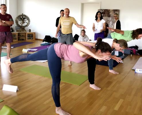 Ayur Yogatherapie Ausbildung - Alignement im Außen und die richte Ausrichtung im Innen, machen eine Körperübung zu einer Asana