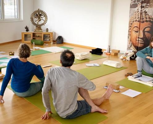 Ayur Yogatherapie Ausbildung - finde den richtigen Dreh - Unten stabil. oben mobil und das alles mit einer kraftvollen Aufrichtung in der Wirbelsäule